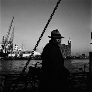 Cas-Oorthuys-Op-de-veerboot-heen-en-weer-1950-collectie-Nederlands-Fotomuseum